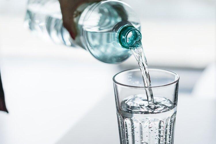多喝水也能中毒?医生表示:每天不停喝水的人,要小心你的肾